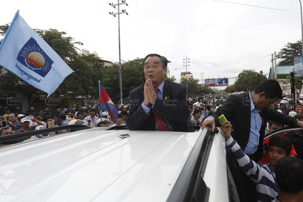 Former CNRP lawmaker Ho Vann leads supporters to the Royal Palace in May 2016 to submit a petition calling for the release of political prisoners. Panha Chhorpoan