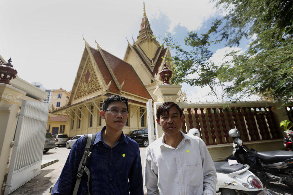 Former RFA reporters Uon Chhin and Yeang Sothearin leave the Supreme Court after a hearing on October 22. Panha Chhorpoan