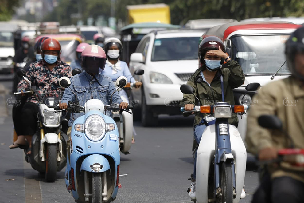 Phnom Penh motorists were seen wearing face masks on Tuesday after the government reported at least three positive COVID-19 cases linked to a state visit by a Hungarian minister last week. Panha Chhorpoan