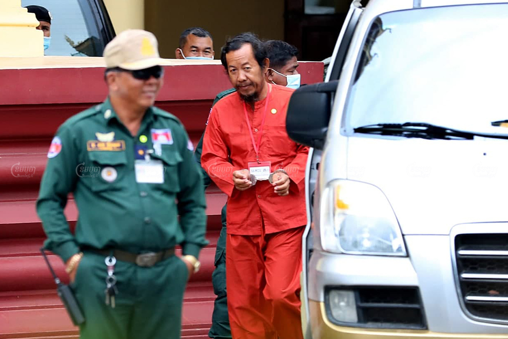 Prominent unionist Rong Chhun leaves the Supreme Court in Phnom Penh on November 11, 2020, after attending a bail hearing. Panha Chhorpoan