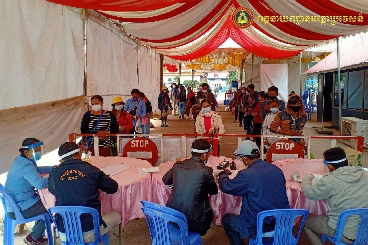 Officials process returning migrant workers at the O'Smach border checkpoint in Oddar Meanchey province on December 23. GDI