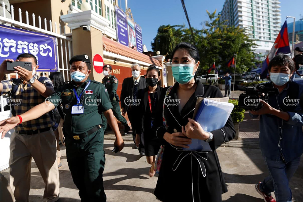 Sitanun Satsaksit, the sister of a missing Thai activist, arrives at the Phnom Penh Municipal Court on Tuesday to present evidence to an investigating judge. Panha Chhorpoan