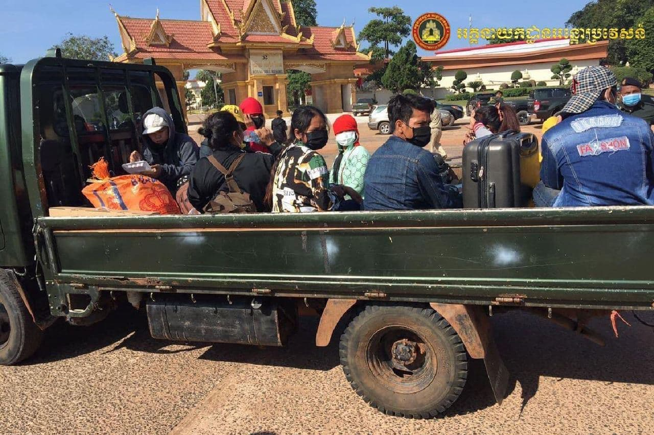 A police truck transports migrant workers to a quarantine center on Monday from the O'Smach International Checkpoint in Oddar Meanchey province. GDI