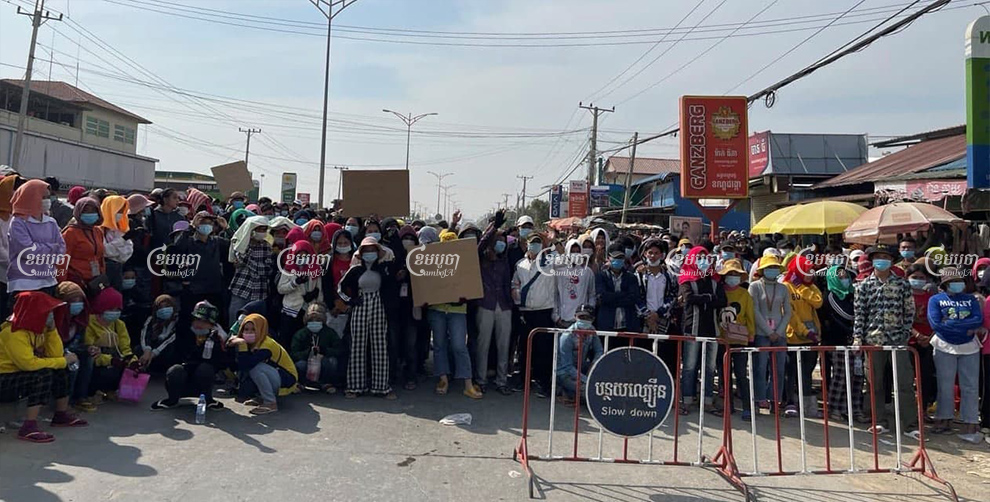 Workers from the Y&W garment factory block street 217 in Dangkao district to demand unpaid bonuses on Thursday. Khuon Narim