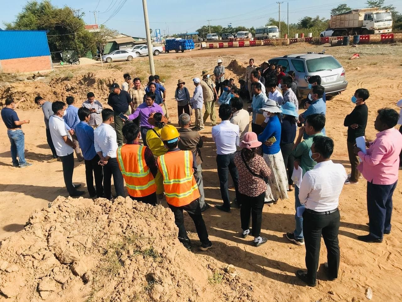 People affected by construction of a roadside weigh station in Kampong Chhnang province speak with authorities after blocking contractors sent to demarcate the site on January 8. Supplied