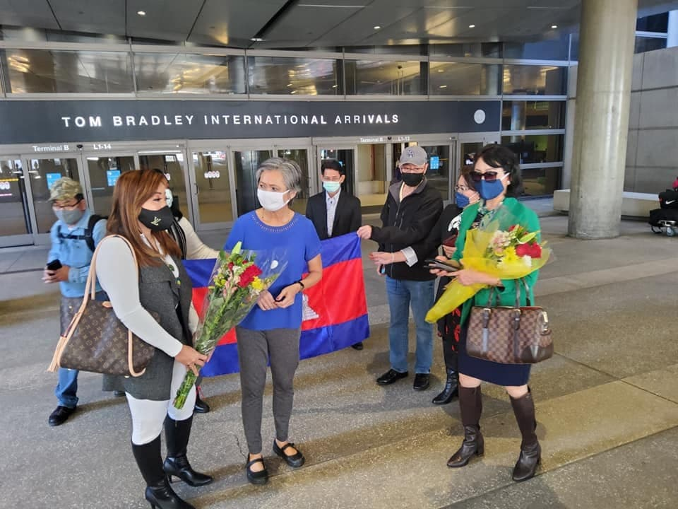 Former CNRP deputy president Mu Sochua greets supporters at the Los Angeles International Airport last week, prior to her scheduled departure to Cambodia. Facebook