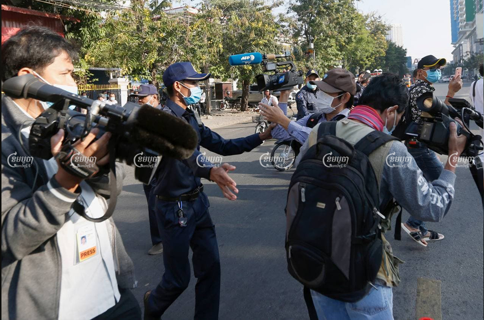 District security guards prevent journalists from taking photographs and conducting interviews outside the Phnom Penh Municipal Court during the trial of former CNRP members and affiliates on January 13. Panha Chhorpoan