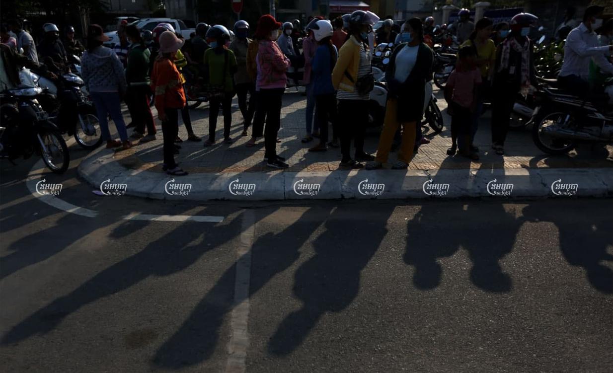 Garment workers wait compensation at Kandal Provincial Hall on Friday. CamboJA/ Pring Samrang