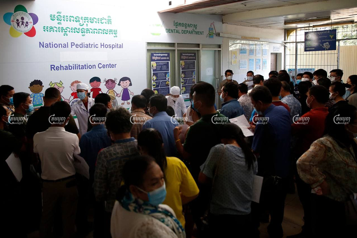 Phnom Penh residents were informed by National Pediatric Hospital staff on Wednesday that they had temporarily stopped vaccinating for COVID-19. Panha Chorpoan