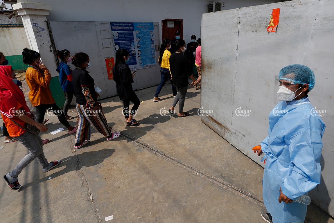 Din Han's garment workers arrive for COVID-19 testing after other factory workers tested positive for the virus, April 8, 2021. CamboJA/ Panha Chhorpoan