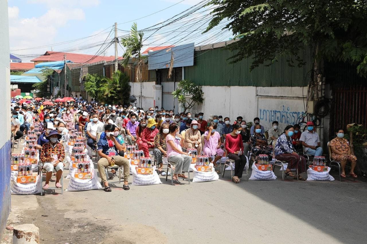 Red zone' residents in Boeng Salang gather to receive free food from the government, April 20,2021.TVK