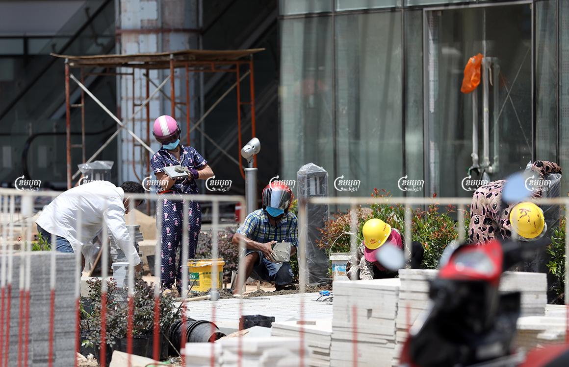 Workers work at a construction site in Phnom Penh, May 19, 2021. CamboJA/ Pring Samrang
