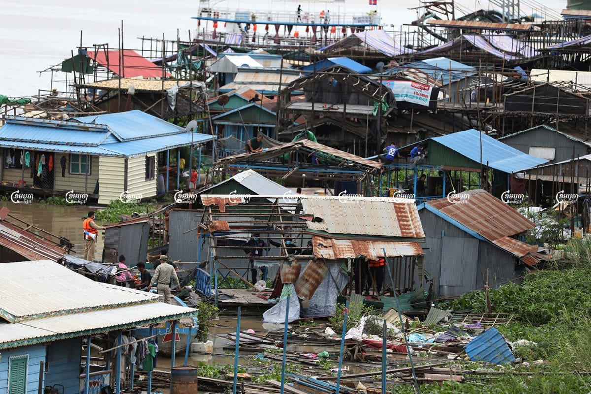 Phnom Penh's Russei Keo district authorities start removing floating houses on the Tonle Sap river, June 12, 2021. CamboJA/ Pring Samrang