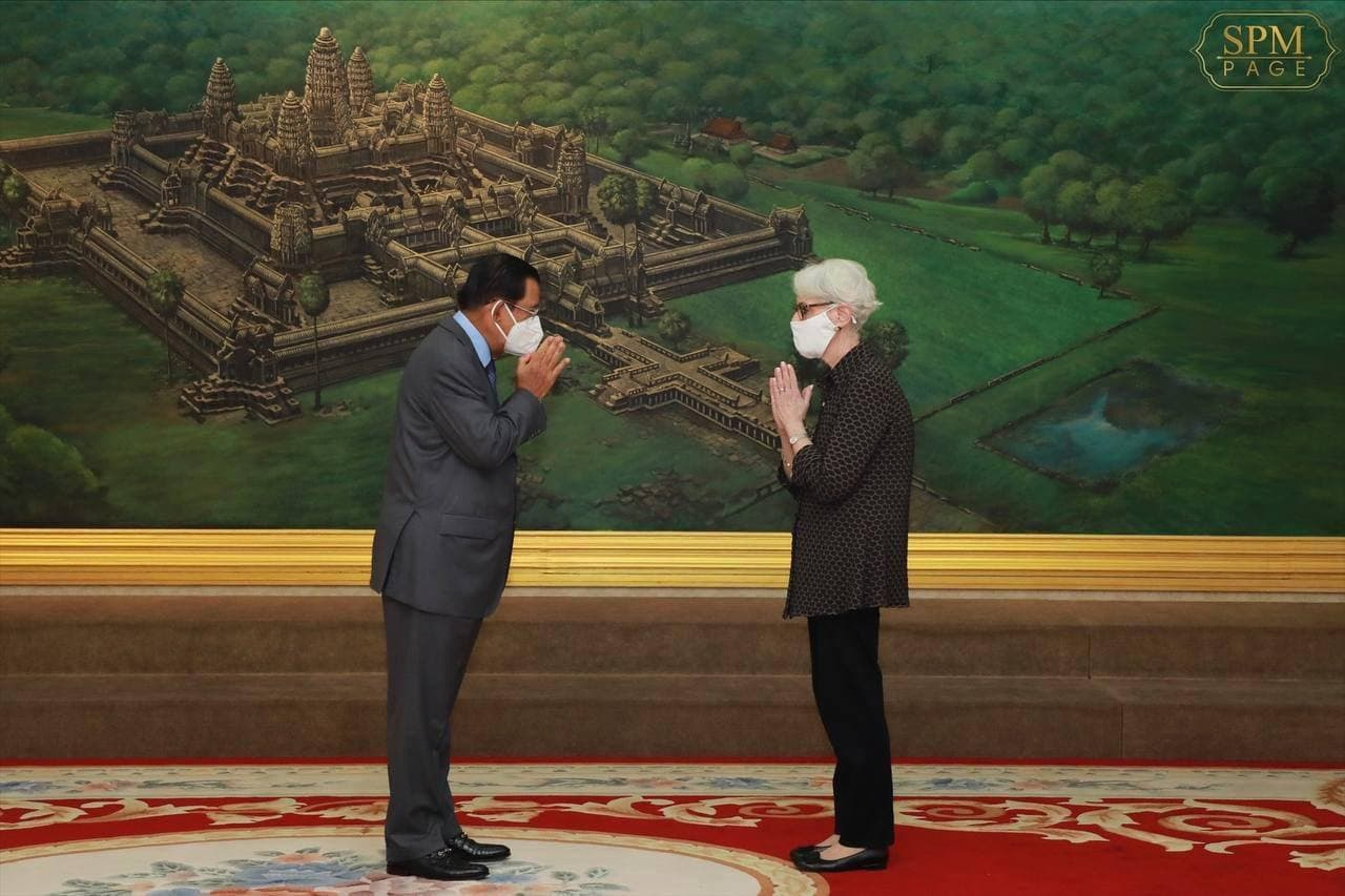 Prime Minister Hun Sen greets US Deputy Secretary of State Wendy Sherman at the Peace Palace in Phnom Penh, June 1, 2021. Photo posted on the premier's Facebook page.