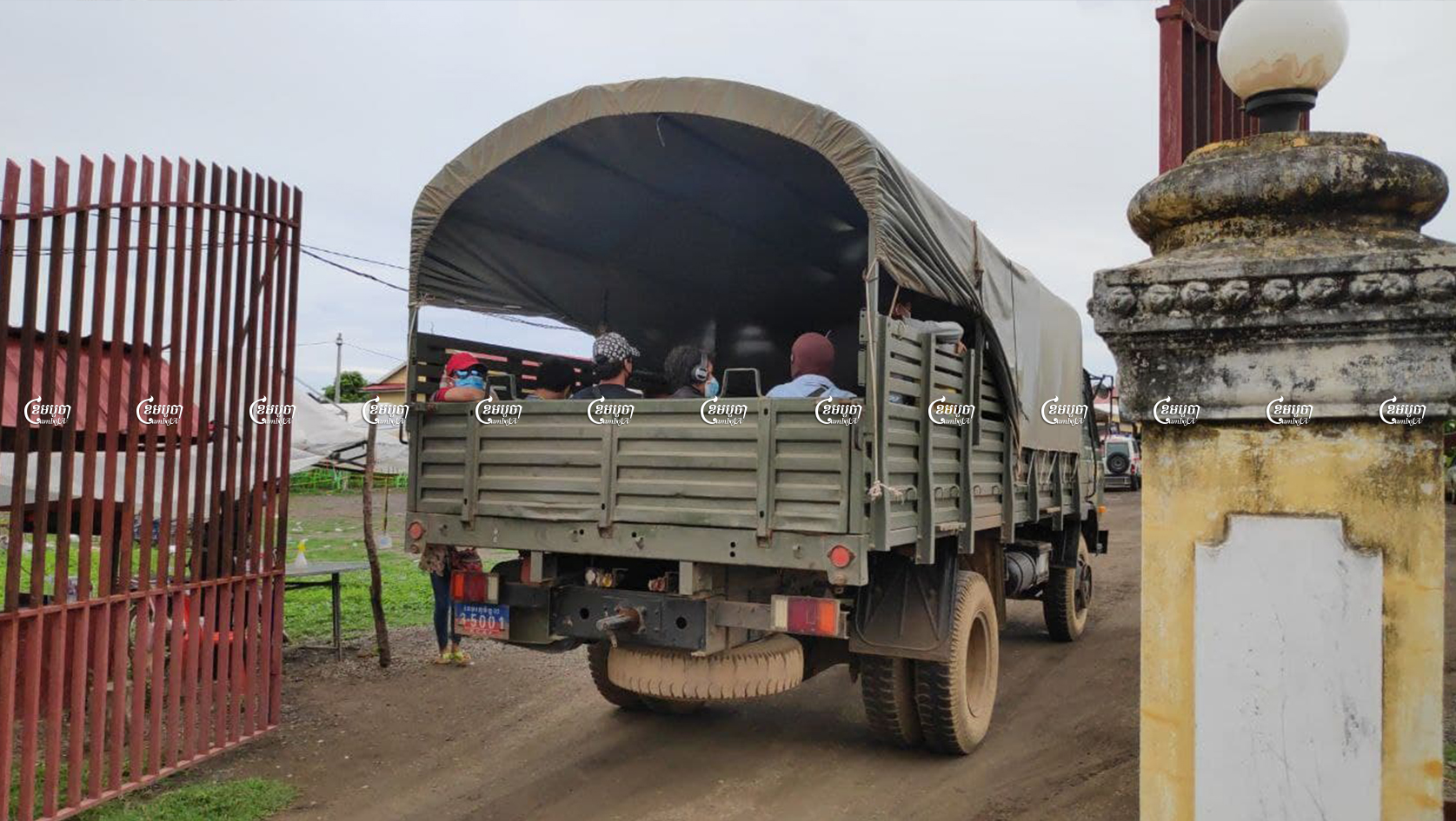 A military truck carrying returning migrant workers from Thailand to a quarantine center in Banteay Meanchey province on June 10, 2021. CamboJA/ Vann Vichar