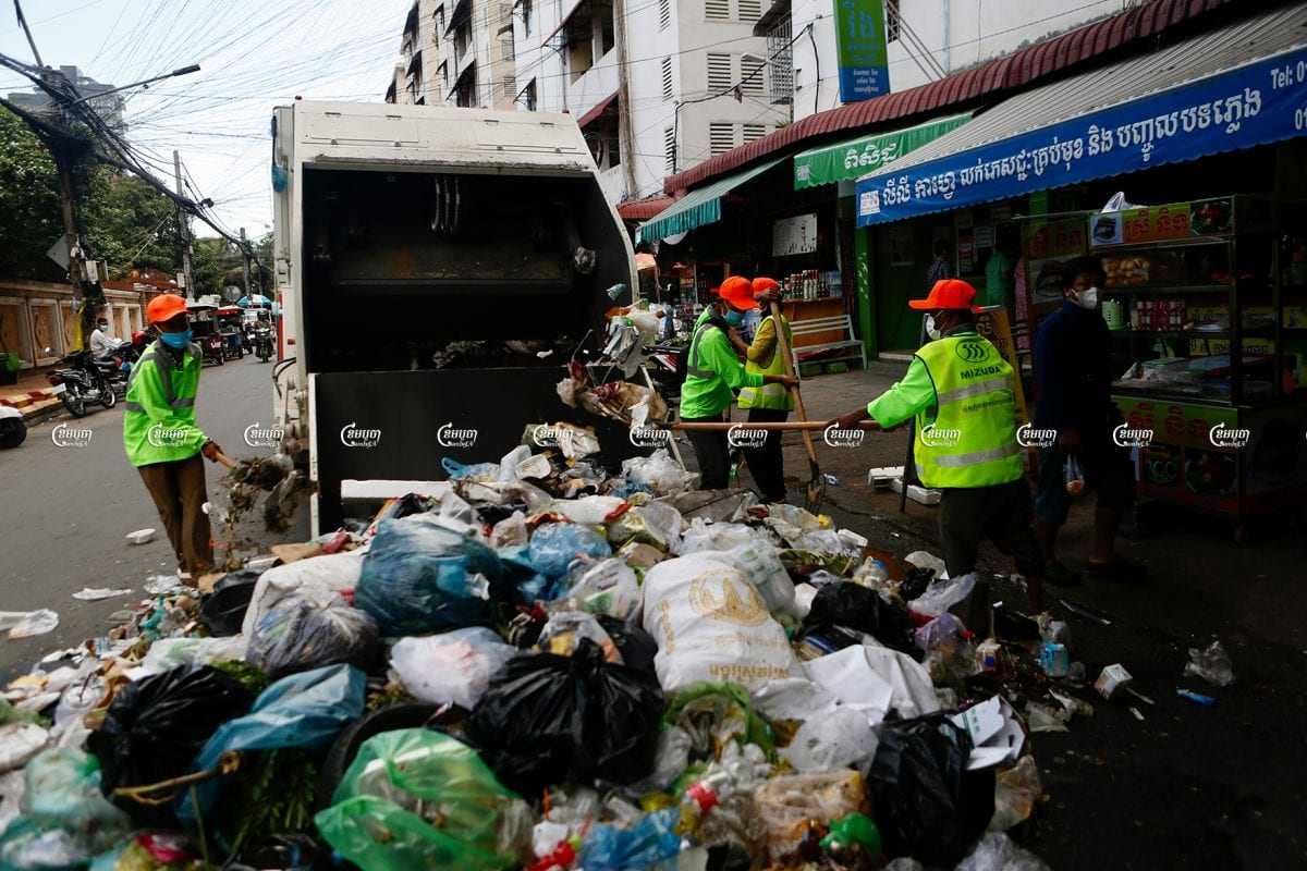Mizuda workers start their first day collecting garbage in Phnom Penh's Prampi Makara district, July 1, 2021. CamboJA/ Panha Chhorpoan