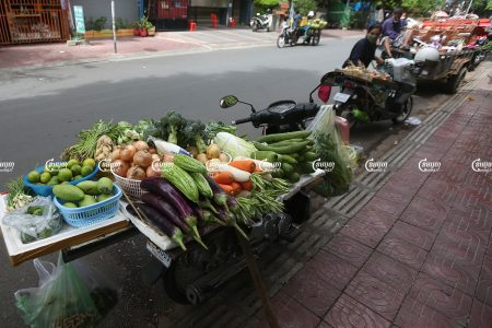 Vendors sell food along a street in Phnom Penh after their market closed due to Covid-19 restrictions, July 23, 2021. CamboJA/ Pring Samrang