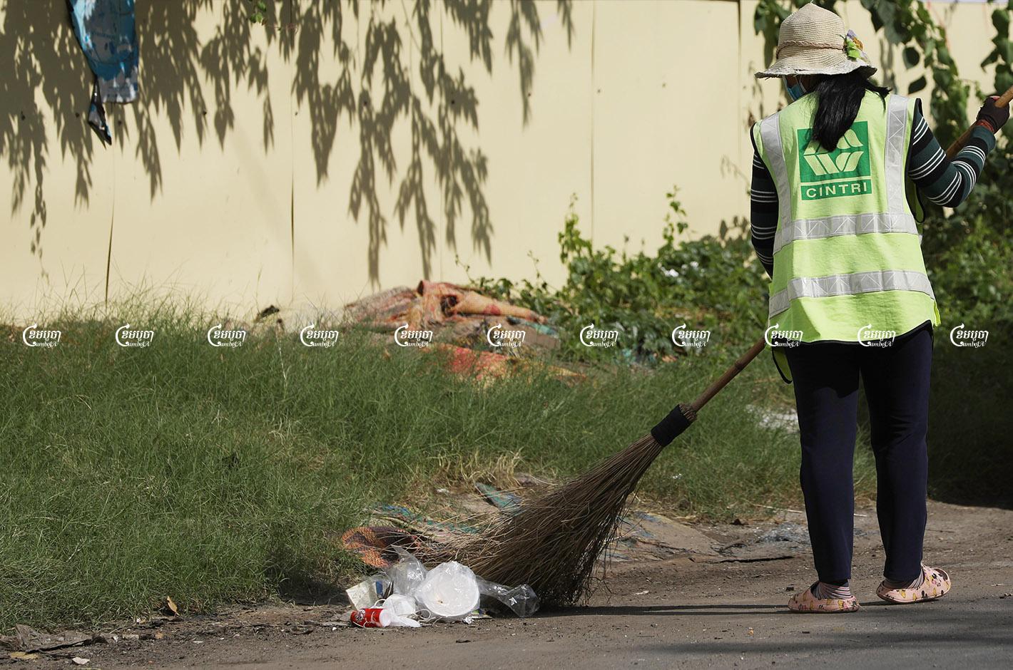 A Cintri worker sweeps the street in Tonle Bassac commune, Chamkar Mon district, August 17, 2021. CamboJA/ Pring Samrang