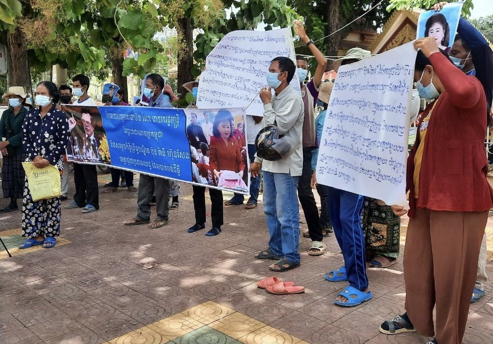 Villagers gather during a demonstration at Banteay Meanchey Provincial Court, August 31, 2021. Photo supply