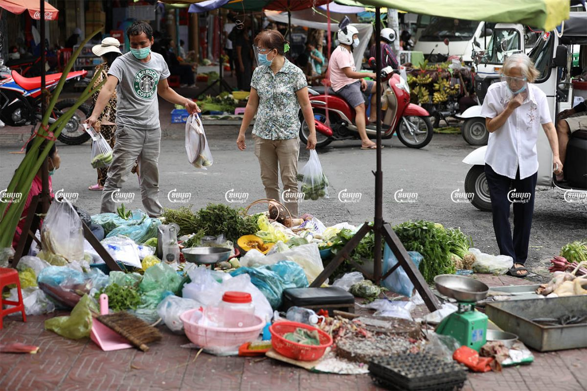 People purchase food at a market in Phnom Penh, Picture taken on May 24, 2021. CamboJA/ Pring Samrang