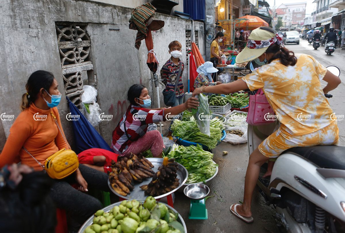 Vendors sell food on the street at a village in Phnom Penh, August 11, 2021. CamboJA/ Panha Chhorpoan