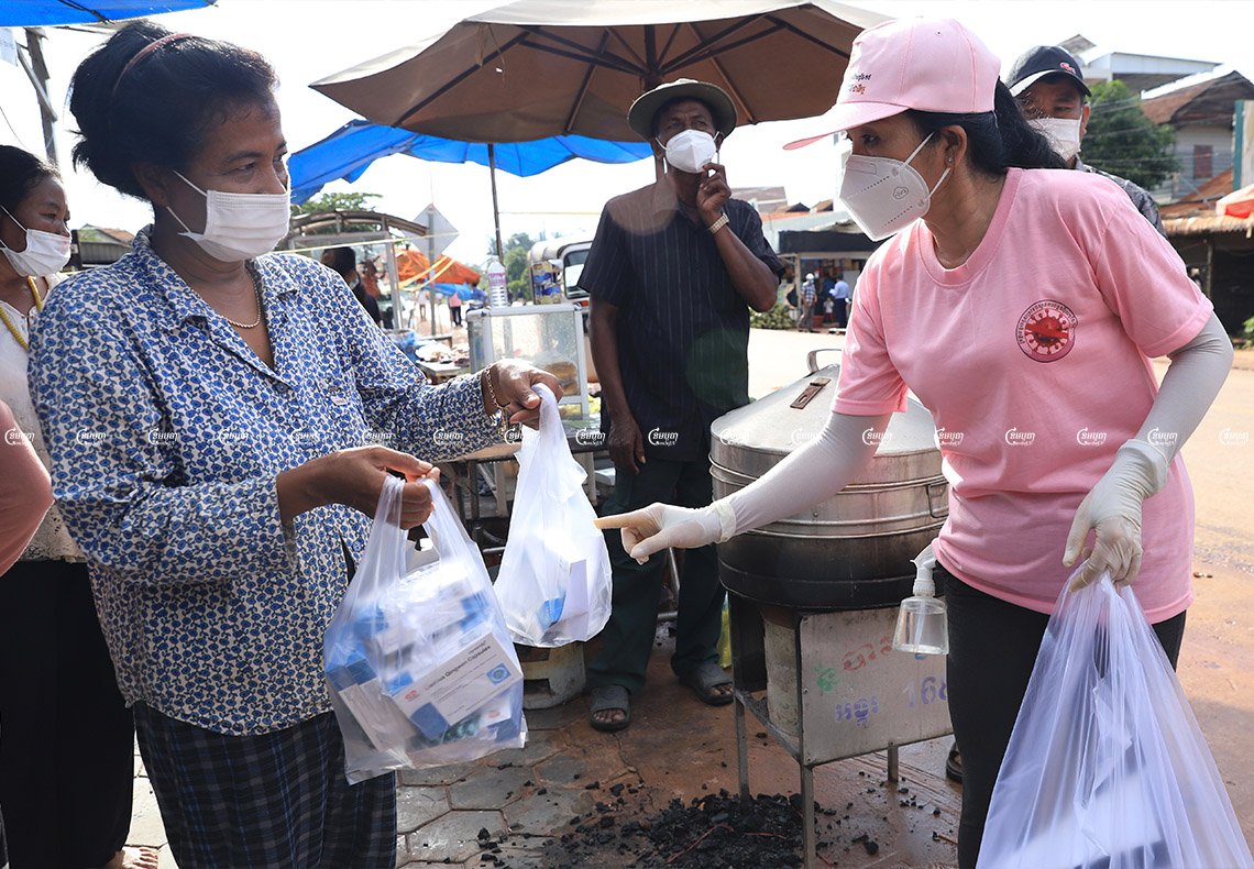 A health officer distributes Chinese medicine to residents living in a red zone in Siem Reap province. Picture taken on September 17, 2021. CamboJA/ Panha Chhorpoan