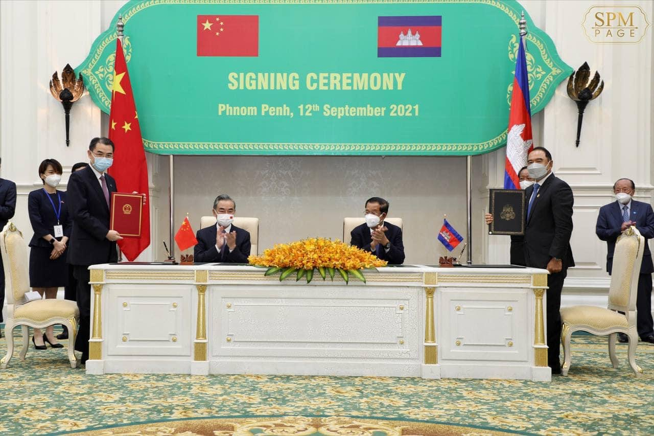 Cambodian Prime Minister Hun Sen and Chinese Foreign Minister Wang Yi join a signing ceremony at the Peace Palace in Phnom Penh, September 12, 2021. Picture from Hun Sen's Facebook page.