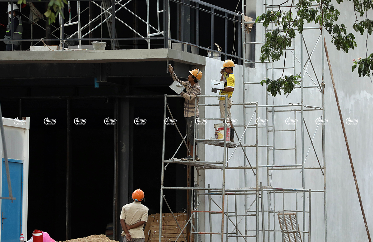 Laborers work at a construction site in Phnom Penh, September 29, 2021. CamboJA/ Pring Samrang