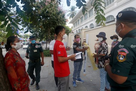 Residents from Village 17, Tuol Kork district try to meet Phnom Penh governor Khuong Sreng to find a solution to their pending eviction, September 27, 2021. CamboJA/ Panha Chhorpoan