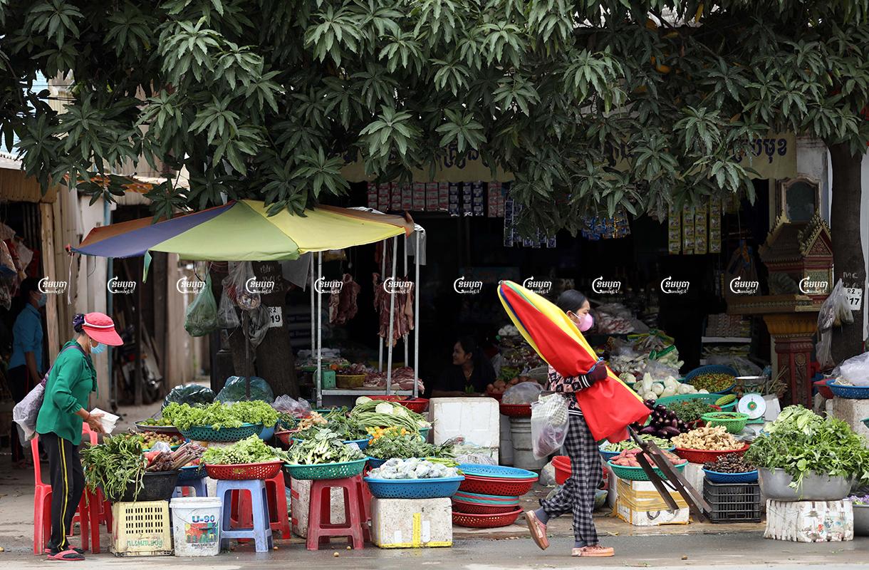 Vendors prepare their goods for sale in Phnom Penh, October 1, 2021. CamboJA/ Pring Samrang