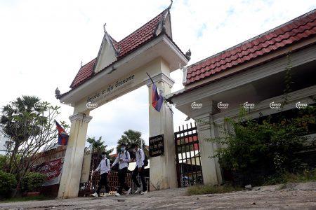 Students leaving class at Boeung Keng Kang high school in Phnom Penh on October 22, 2021. CamboJA/ Pring Samrang